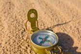Туристический Компас на песке — Стоковое фото