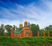 Christliche kirche auf einem grünen hügel — Stockfoto