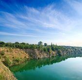 翡翠湖与岩石海岸 — 图库照片