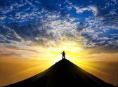 Estancia de silueta de hombre en la cima de la montaña — Foto de Stock