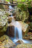 Arroyo azul hermoso en una montaña — Foto de Stock