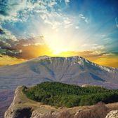 Magnifico tramonto in una montagna — Foto Stock