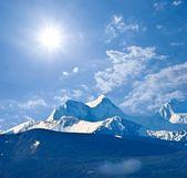 Snowbound altai mountains under a sparkle sun — Stock Photo