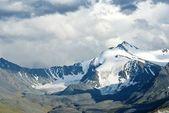 Valle en un montañas nubladas — Foto de Stock