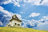 дом на склоне холма — Стоковое фото