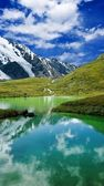 Green lake in a mountains — Zdjęcie stockowe