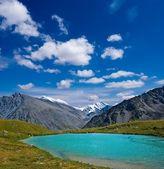 Emerald lake in altai mountains — Stock Photo