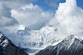 Bir bulutlar dağlar — Stok fotoğraf