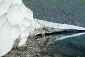 Pobřeží horské jezero — Stock fotografie