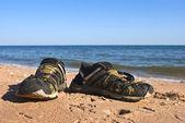 Strand slippers aan een kust — Stockfoto