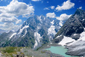 Lac émeraude, au pied des montagnes — Photo
