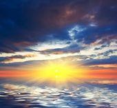 драматические закат, отражение в воде — Стоковое фото