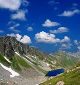 семь цветов озеро в кавказских горах — Стоковое фото