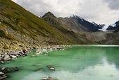 Emerald lake i en altaibergen — Stockfoto