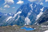 Jezero na úpatí hory — Stock fotografie