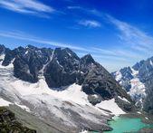 Lago smeraldo ai piedi della montagna — Foto Stock