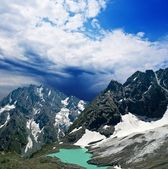 Malé jezero v horském svahu — Stock fotografie