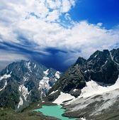 Pequeno lago na encosta de uma montanha — Foto Stock