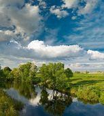 宁静的河流和浓云 — 图库照片