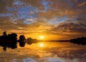 反映在水中的戏剧性日落 — 图库照片
