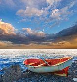 Pequeno barco na costa de uma — Fotografia Stock