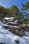 Lente bergen in een sneeuw — Stockfoto