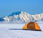 橙色旅游帐篷前的冰墙 — 图库照片