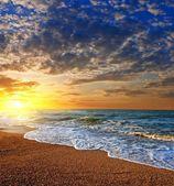 Espectacular puesta de sol en la costa del mar — Foto de Stock