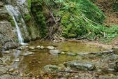 Kleine waterval op een bergen-rivier — Stockfoto