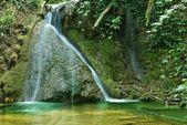 Mały wodospad w góry rzeki — Zdjęcie stockowe