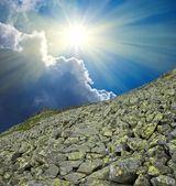 Sparkle solen över ett berg-slutta — Stockfoto