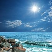 Sparkle sun above a seashore — Stock Photo