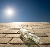 Flaskan ligger på ett golv — Stockfoto