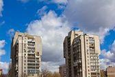 Två höga byggnaden av en solig dag — Stockfoto
