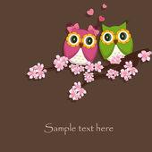 两个好笑,爱坐在开花的分支上的猫头鹰 — 图库矢量图片