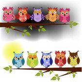 Famiglia di gufi, seduto su un ramo di un albero al giorno e notte — Vettoriale Stock
