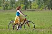 Girl goes by bicycle — Stockfoto
