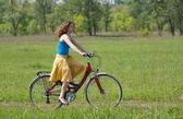 Flicka går med cykel — Stockfoto