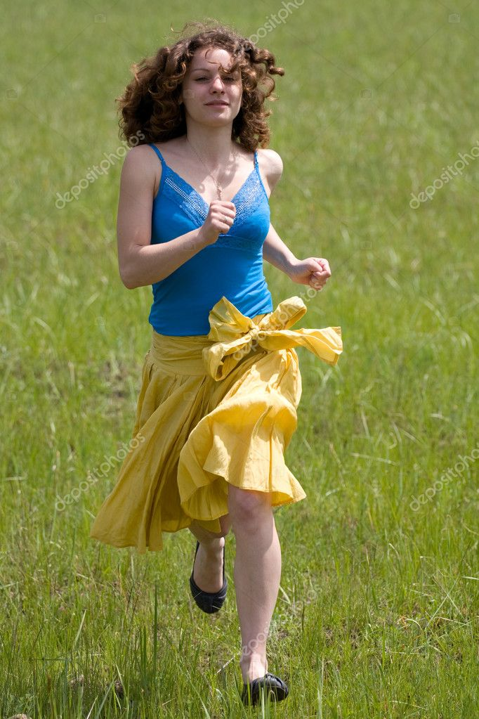 Running girl on the green field — Stock Photo #8413083