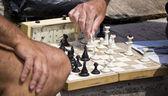 шахматная доска и руки — Стоковое фото