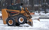 Excavator clears snow on the streets of Kiev Ukraine — Stock Photo