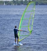 Człowiek windsurfing na prywatny staw — Zdjęcie stockowe