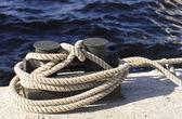 小船和码头的绳索相连 — 图库照片