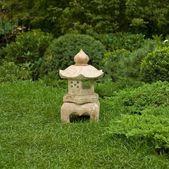 Statue de jardin décoratif sur l'herbe verte — Photo