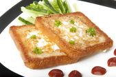 Rostat vitt bröd med ett ägg — Stockfoto