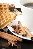 Aromática taza de café, canela, anís y galleta — Foto de Stock