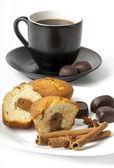 Closeup bílý šálek kávy a koláče — Stock fotografie