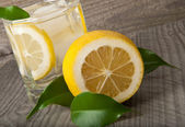 Bicchiere da cocktail con limone — Foto Stock