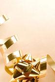 Verpakking band met gouden boog — Stockfoto