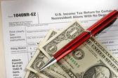 Formulaire d'impôt et stylo — Photo